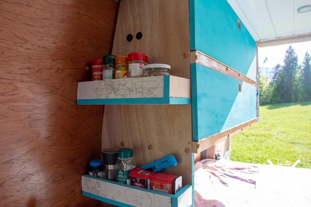 Dos tipos de maderas diferentes, barnizadas con el mismo barniz, que dan calidez al interior de la furgo