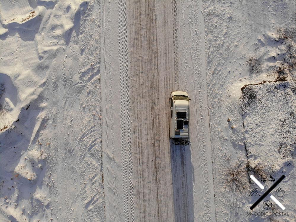 En invierno las ruedas de invierno son imprescindibles para conducir por Noruega