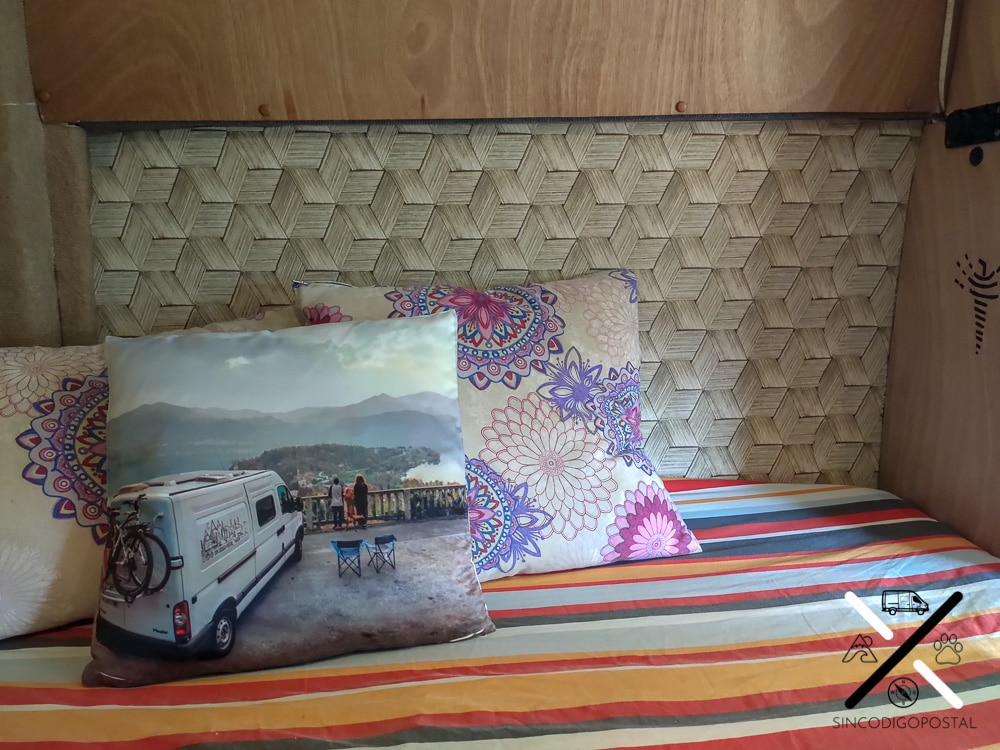 Haciendo de cabecero en la cama, situamos uno de los dos estilos de papel pintado de la furgo