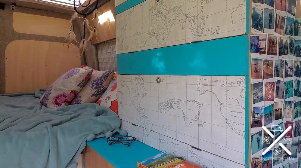 Papel de pared puesto como protección y decoración en el armario y la madera pintada de azul.