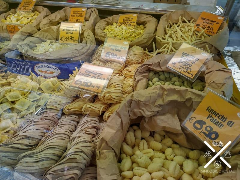 Pasta fresca en un mercadillo de Turín, Italia