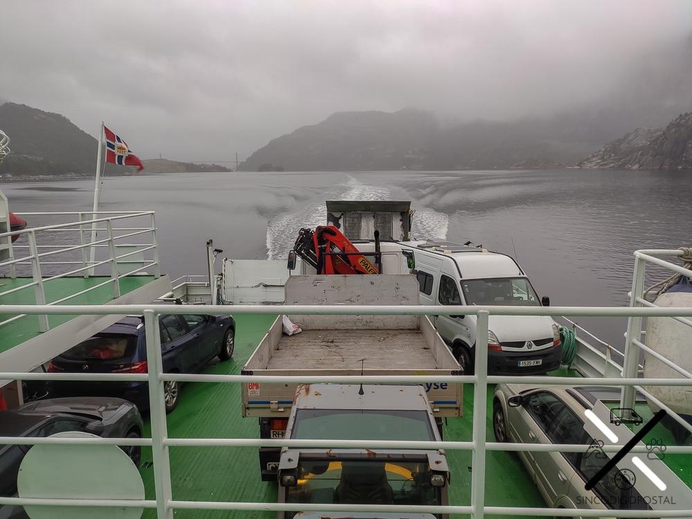 Pequeño viaje en ferry, en el fiordo justo con vistas al Preikestolen