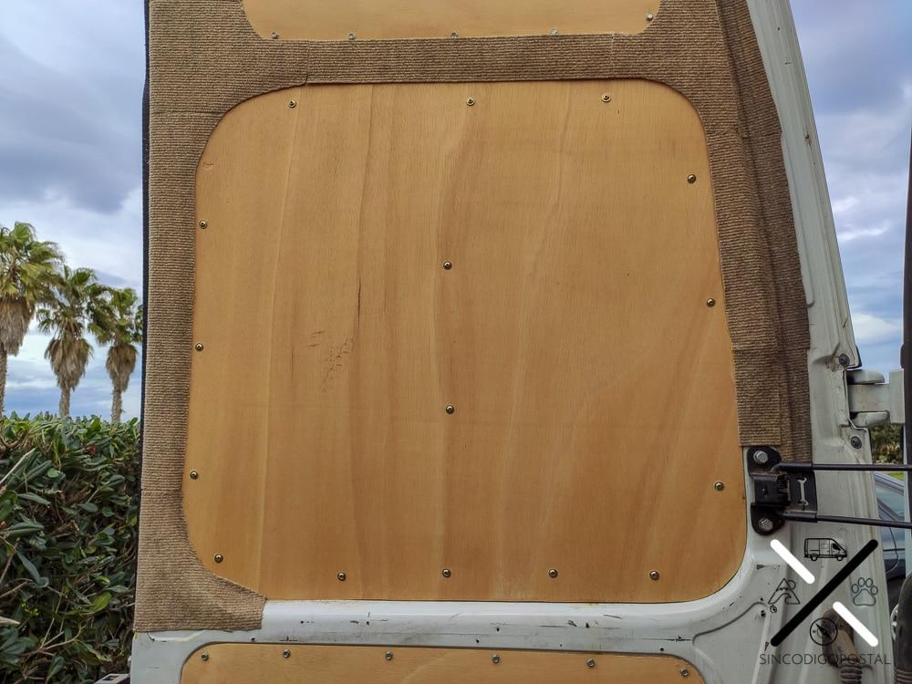 Poner moqueta en las partes metálicas de la furgo, decora, protege y aísla