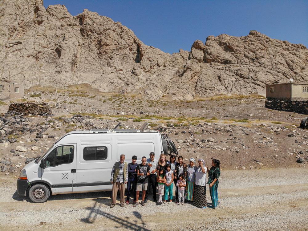 Nosotros junto a la familia kurda que nos invitó a su casa