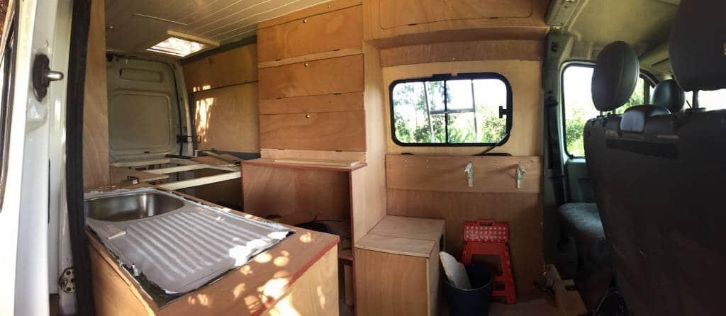 En nuestra furgoneta todas las paredes las panelamos directamente sobre la chapa