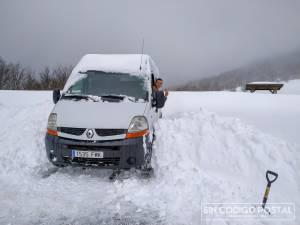 El después de cavar y sacar a la pubreta de la nieve