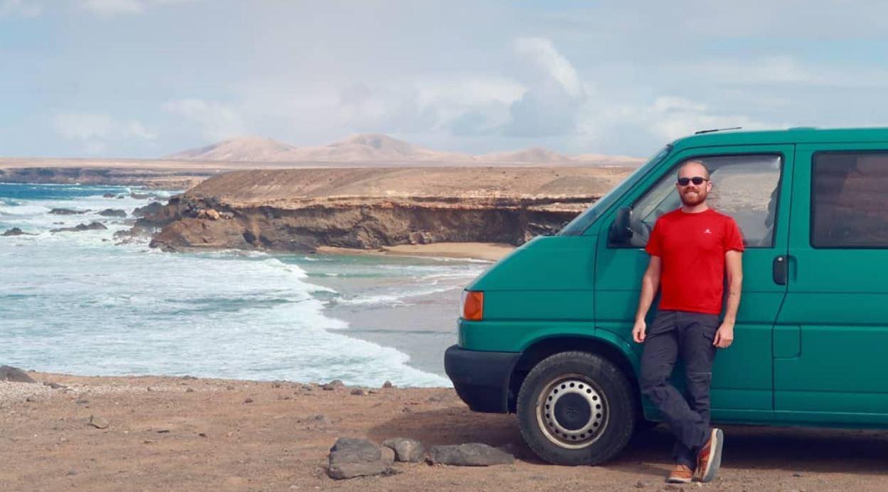 Gonzalo, con su furgoneta camperizada por el mismo. Gonzaventuras