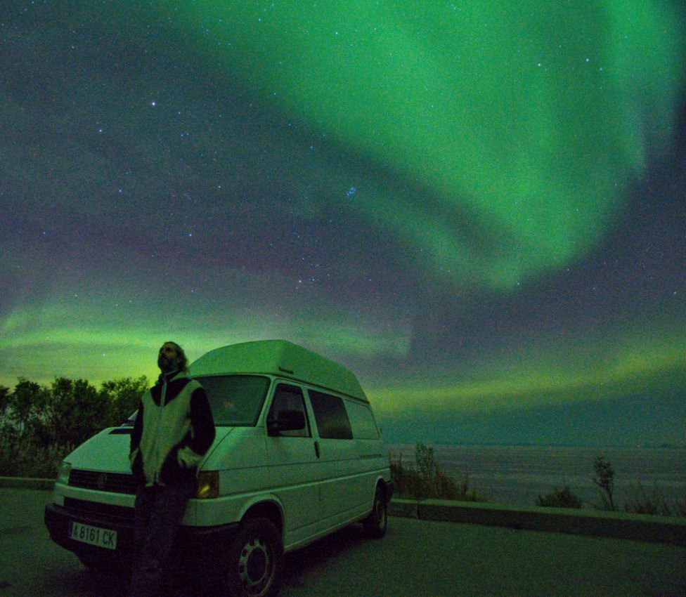 Iñigo y su furgoneta disfrutando del espectáculo de las auroras boreales. Viajando Simple