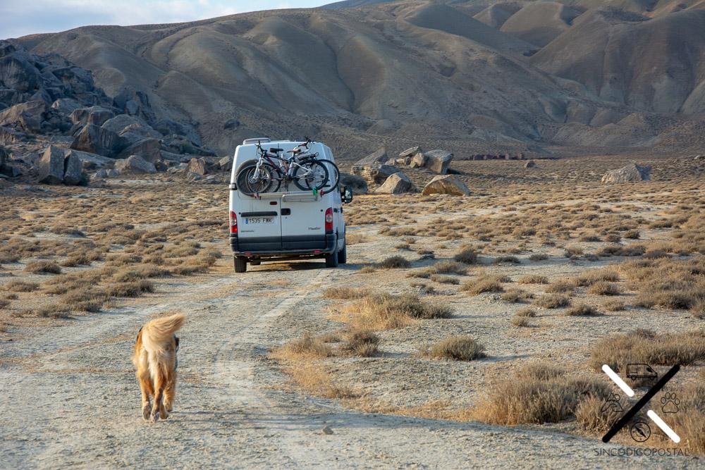 Recorriendo el paisaje árido de Azerbaiyán