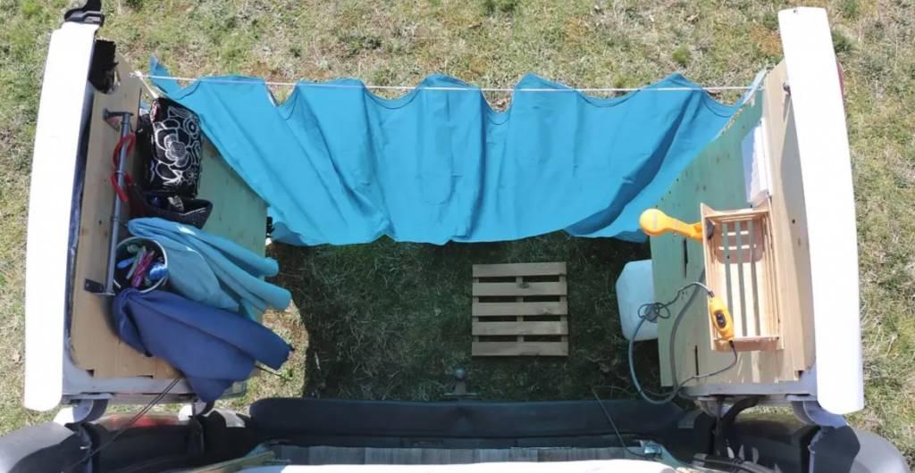 Ducha externa con cortina en la camper. Fuente: outboundliving