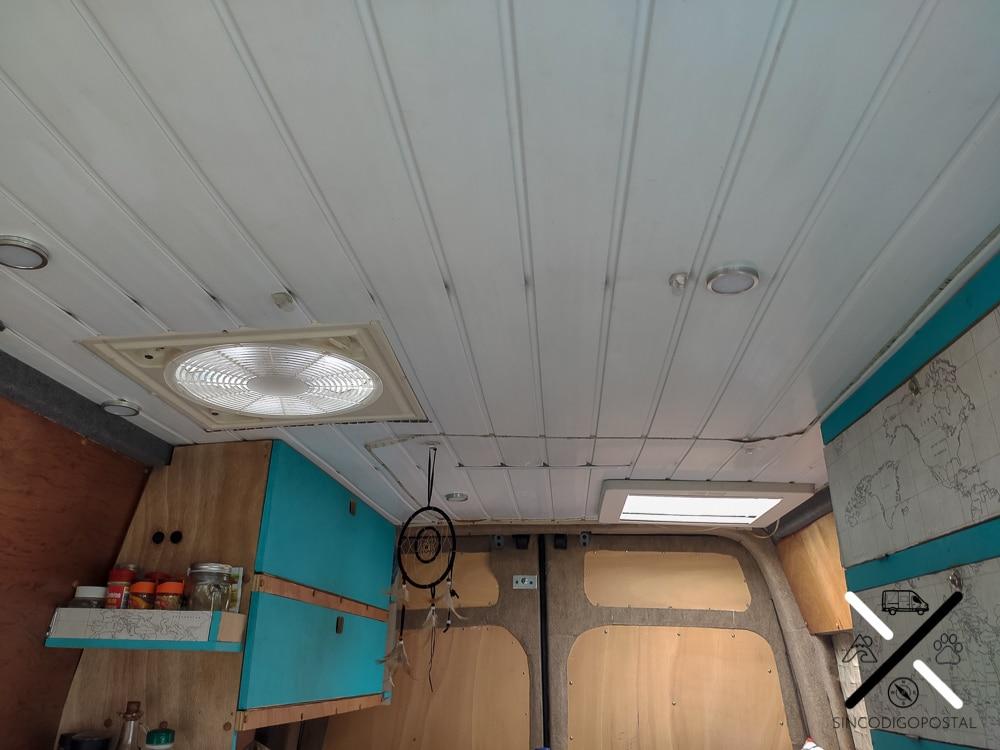 Nuestras dos claraboyas situadas en el techo. Una con ventilador