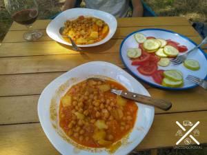 Cocinar dentro de la furgo, y comer en la naturaleza no tiene precio
