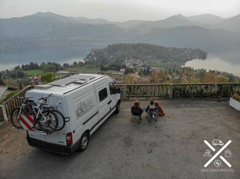 Disfrutando del paisaje de la zona donde dormimos en Italia