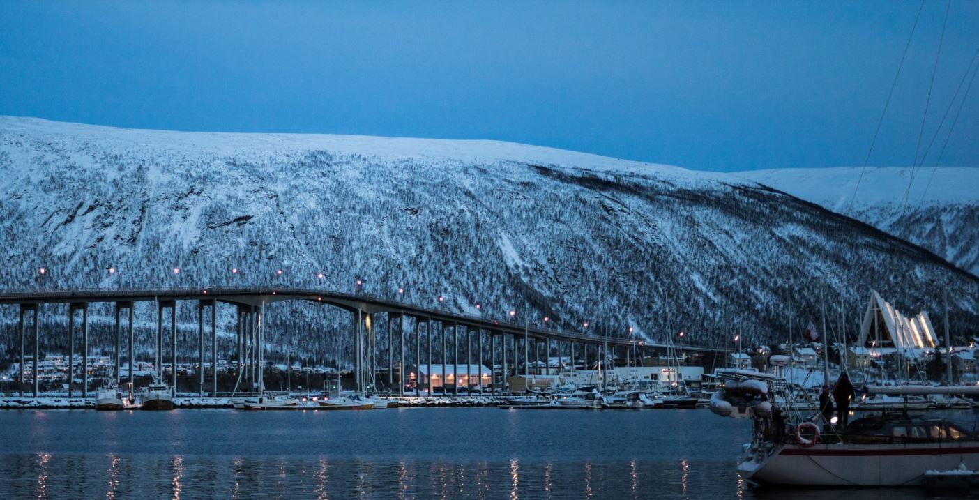El Puente de Tromso por la noche