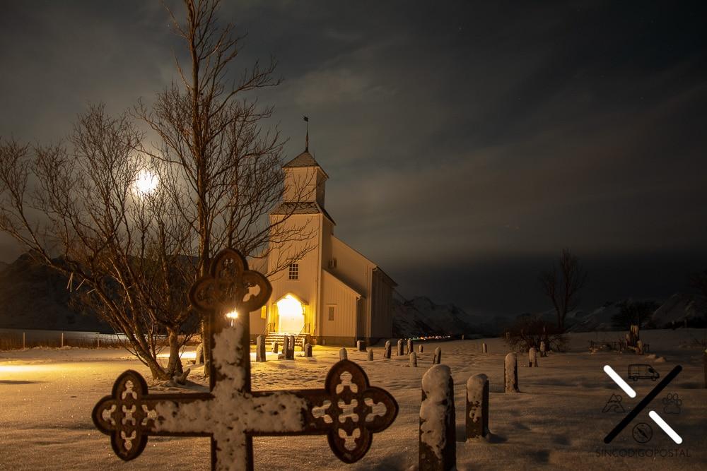 Foto nocturna a la iglesia de Flakstad esperando a las auroras boreales