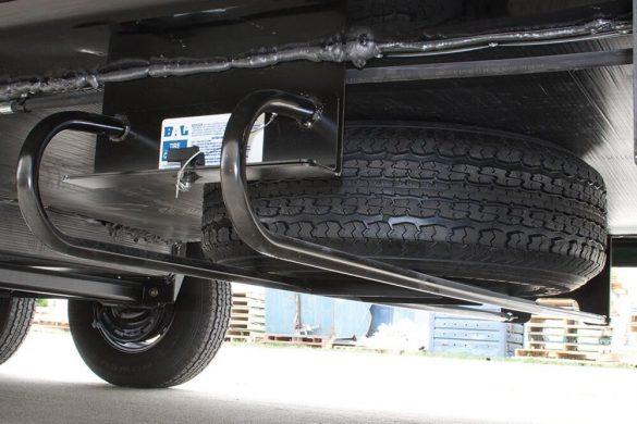 Rueda de repuesto situada en los bajos de una furgoneta camper