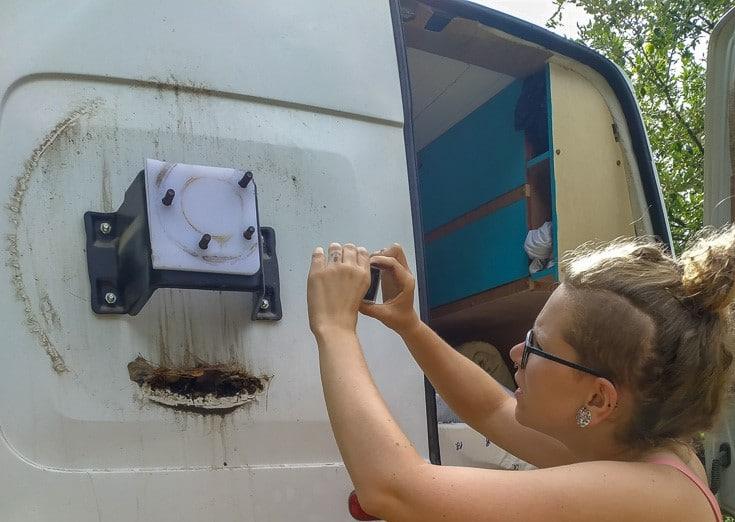 Soporte de 4x4 que colocamos en la puerta para soportar la rueda de repuesto