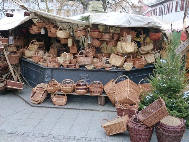 Vender por los diferentes lugares donde viajes la artesanía en la que mejor destreza tengas