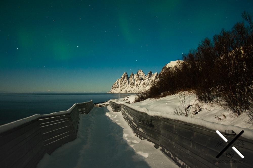 Por cierto, la aurora boreal con luna llena se ve tal que así