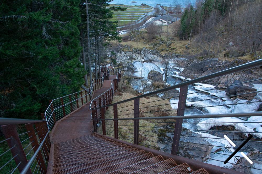 Pasarelas y escaleras sobre la cascada