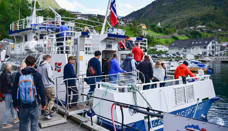 En el muelle de Geiranger se contrata y se monta en el barco