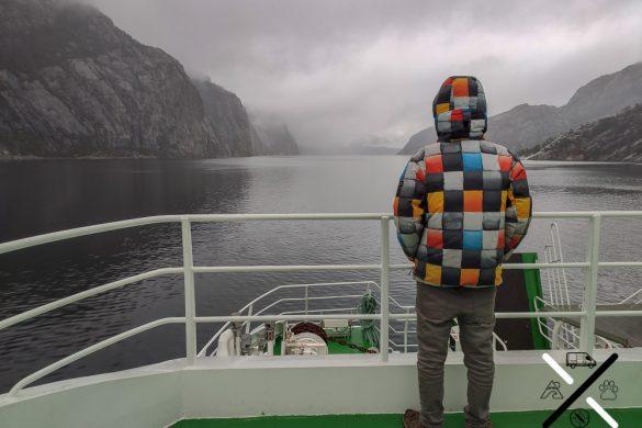 Nosotros montados en el ferry a través del fiordo