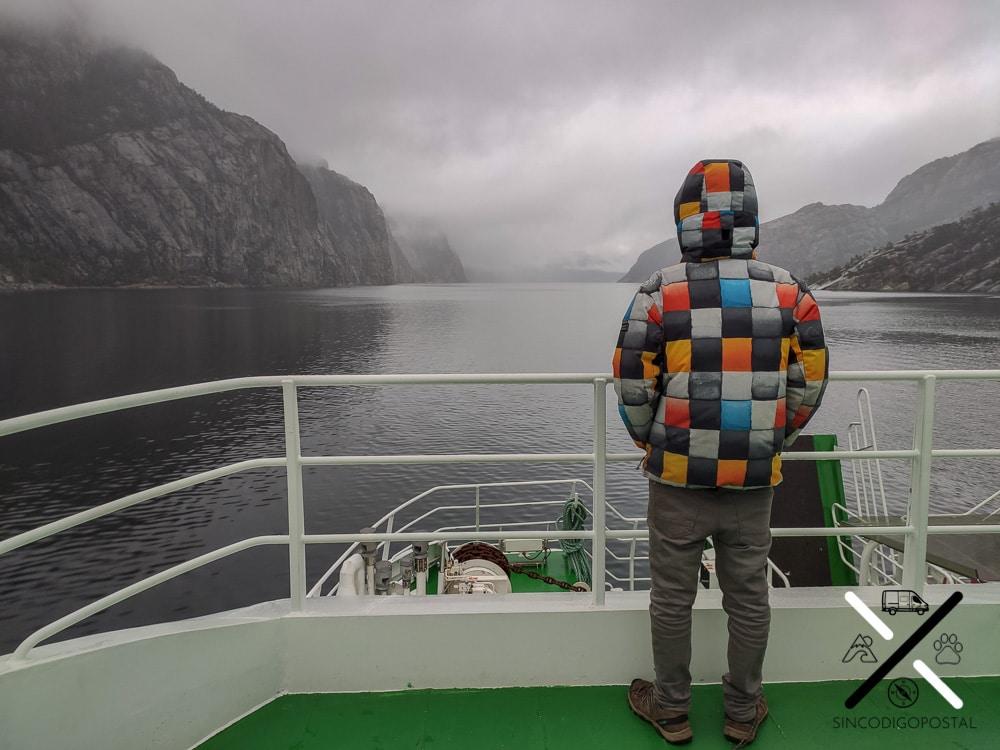 Viajar en ferry por un fiordo es una experiencia única