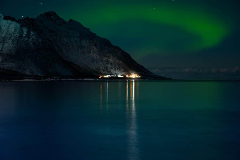 Donde ver auroras boreales en la isla de Senja, foto de una aurora boreal muy flojita