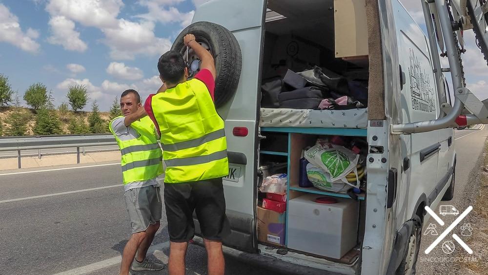 La rueda estalló en mitad de la autopista hacía Capadocia Turquía