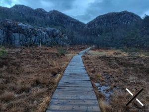 La ruta del Preikestolen tiene pasarelas de madera