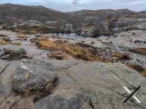 Lagunas en la cima de la ruta del Preikestolen Noruega