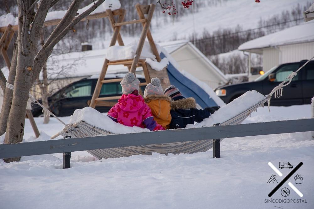 Niños jugando en la guardería de Fjordgård