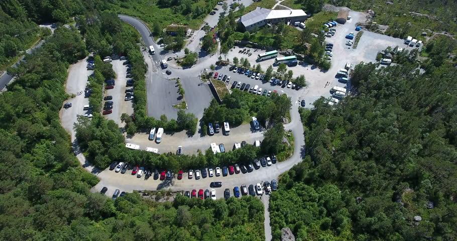 Parking principal del Preikestolen en Noruega