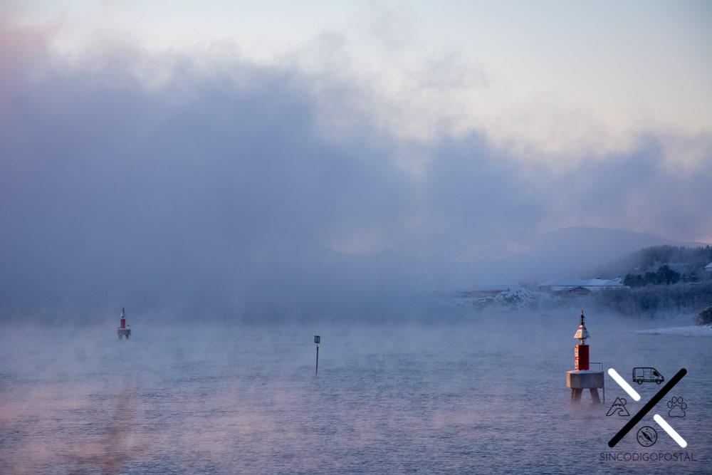 Precioso efecto del calor del mar en comparación al frío ambiente