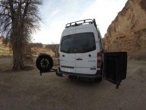 Rueda de repuesto con soporte móvil en la puerta trasera de la furgoneta