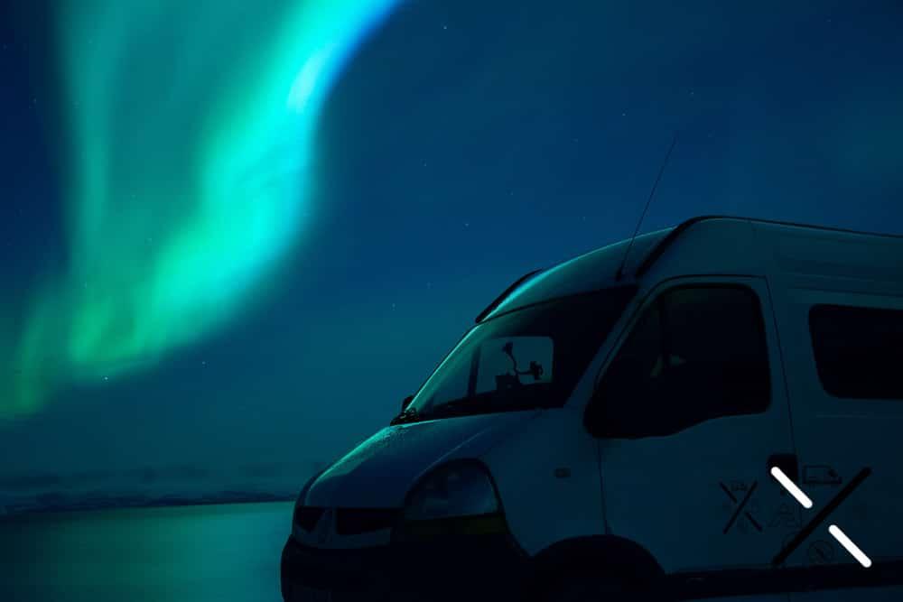 Aurora boreal en tonos azulados