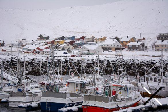 El pequeño puerto pesquero del pueblo de Skarsvag cerca de Cabo Norte