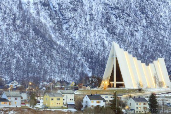 Catedral del Ártico junto al paisaje nevado de Tromso