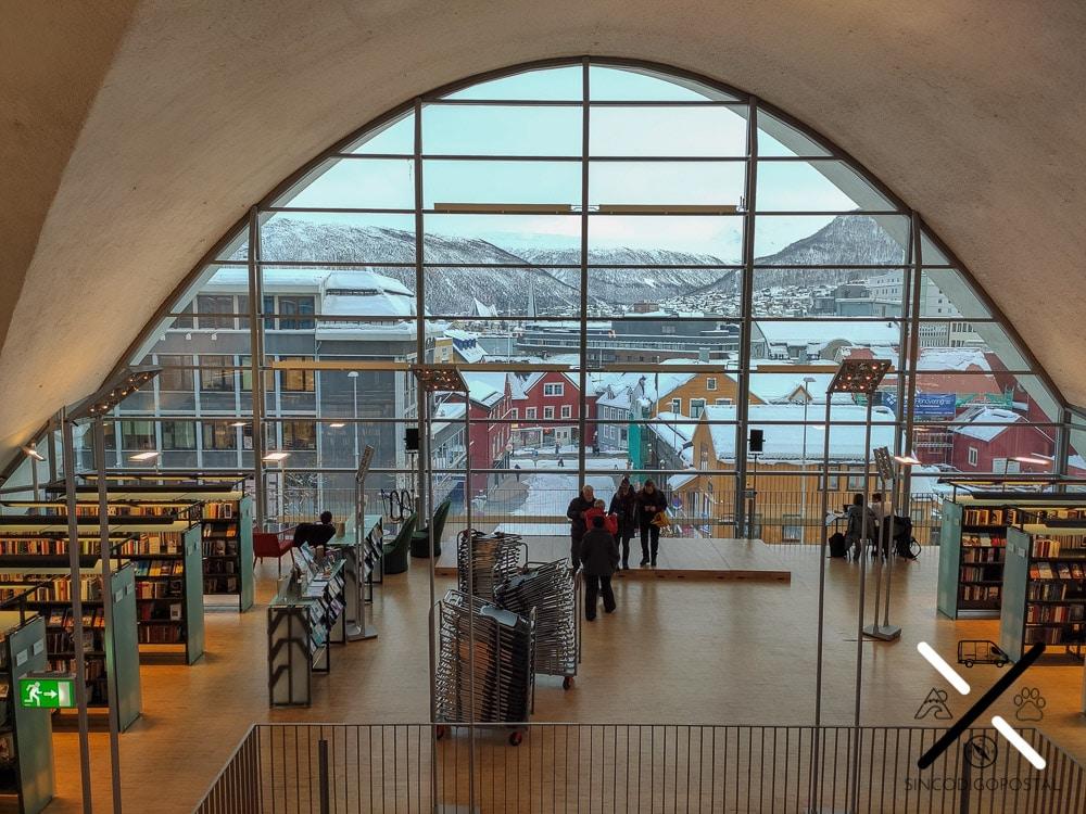 Interior de la biblioteca y vistas desde el penúltimo piso