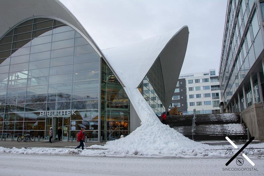 La especial estructura de la biblioteca hecha para no ser dañada por las toneladas de nieve