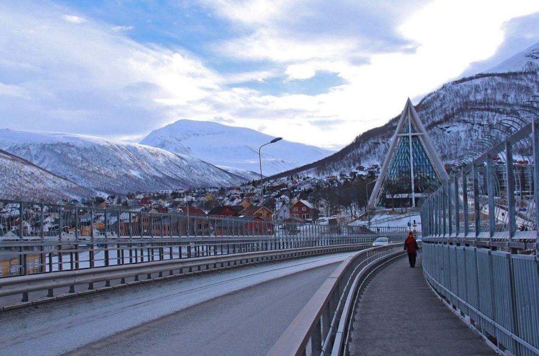 Puente de Tromso y la Catedral del Ártico