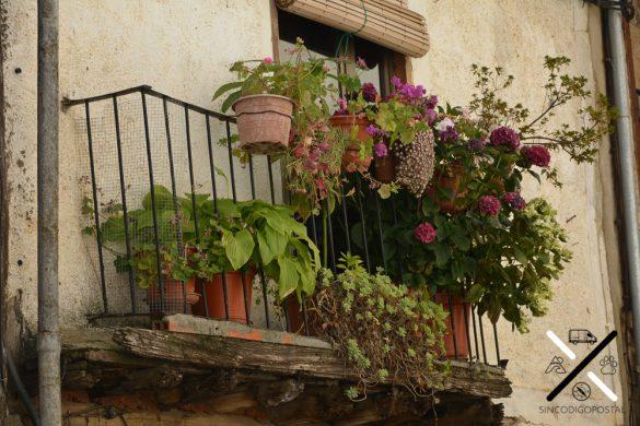 Balcones que te dan la bienvenida en las casas del pueblo de Garcibuet