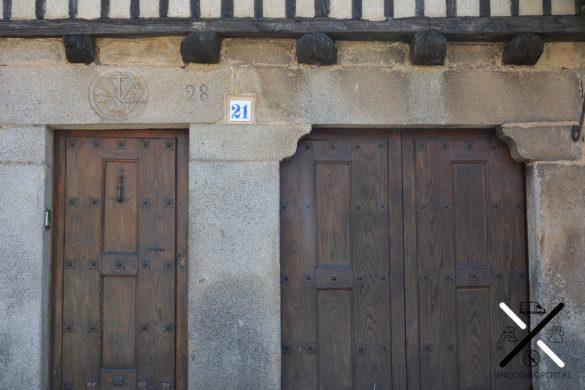 Distintos tipos de grabados coronan las puertas de las casas de La Alberca
