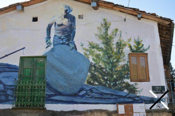 Encontrar los murales en las fachadas de las casas del pueblo se convierte en un juego