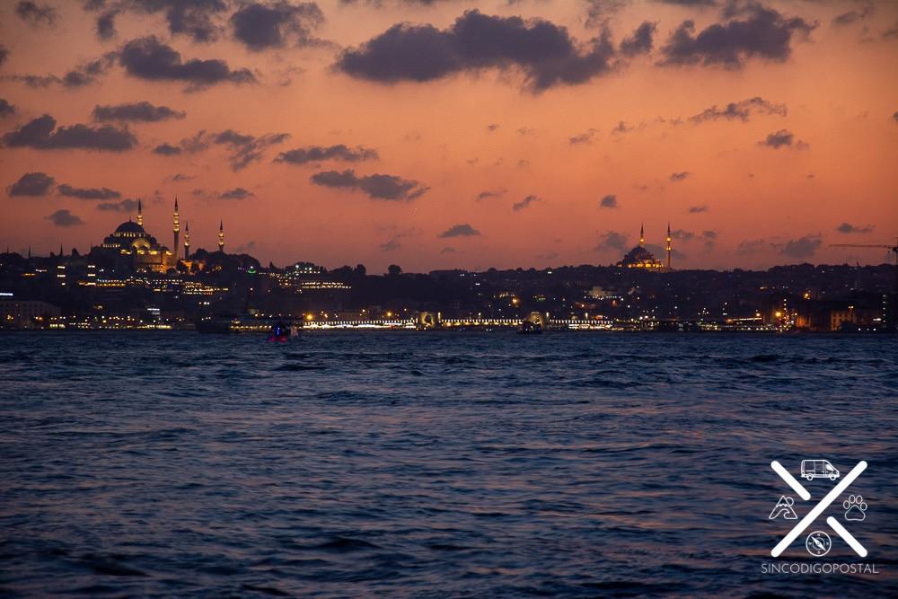 Estambul de noche es una ciudad preciosa y tranquila