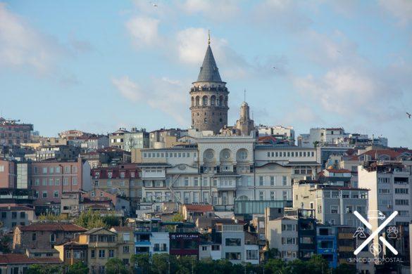 La Torre de Galatea destaca por enciam de todas las demás construcciones de la zona asiática de Estambul