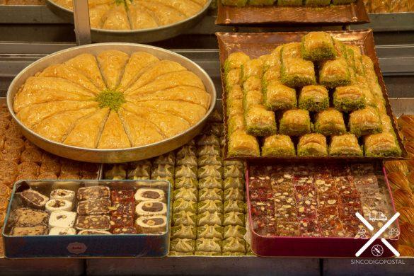 Los dulces turcos están expuestos de tal forma que son una obra de arte