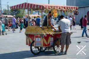 Los puestos de mazorcas son muy comunes en todas las plazas y lugares concurridos de Estambul