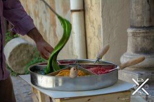 Por todas las calles encontrarás puestos de comida tradicional y casera. Aquí moldeaban caramelo