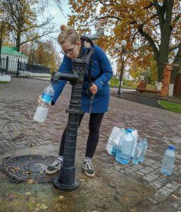 Rellenando agua de una fuente pública en Rusia